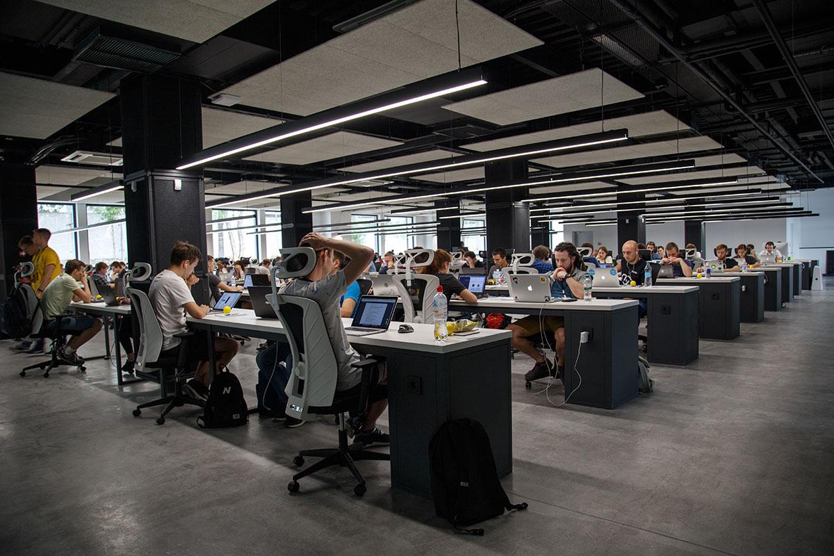 Klassenzimmer voller Menschen am Computer.